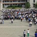 die Schülerschaft versammelt sich