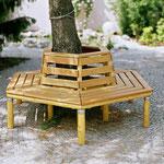 Baumbank auf Natursteinpflaster