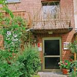 Fassadengestaltung mit Frischholz und Weiden