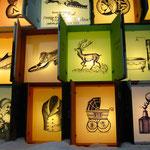 überdimensionaler Weihnachskalender mit Innenbeleuchtung und handgemalten Zeichnungen