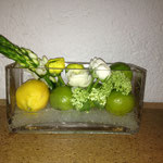 Blumen mit Zitrone und Limette