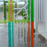 Glasarbeit im Eingangsbereich des Emmeringer Rathauses 2016, Opalglas geklebt/sandgestrahlt; Glastechnische Ausführung: Derix-Glasstudios, Taunusstein-Wehen; Foto: Celia Mendoza