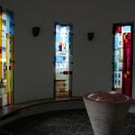 St. Wendel, Frankfurt a.M., 2007-2009, Gestaltung der sieben Fenster des Taufraums, Foto: Müller-Horrig, Ausführung: Derix Glasstudios Taunusstein