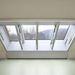 Laiblinschule Pfullingen, silber-metallic beschichtetes Fensterelement mit Abluft im Sockel