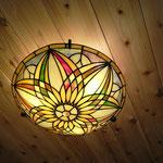 ロフト天井のステンドグラスの照明