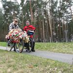 Begegnung mit Hotte das letzte Berliner Original, Fahrrad genau anschauen!!!!