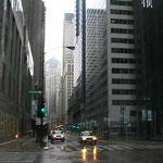Nach langer Zugfahrt - Tiefe Strassenschluchten in Chicago