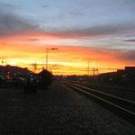 Warten in der Morgenröte auf Zug in Flagstaff
