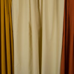 Couleur beige (non écrue - le tissu au centre de la photo).
