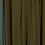 Couleur vert kaki ou brun jaunâtre (le tissu au centre sur la photo).