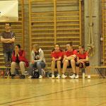 TrainerInnen und Spielerinnen konzentriert