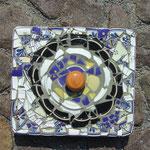 Der Unterbau ist ein Styropordeckel von einer Versandbox. Die Scherben alte Teller und ein Knauf von einem Tondeckel