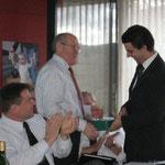 Kassenübergabe. Leo Graf übergibt dem neuen Kssier Michael Martig symbolisch eine Kasse