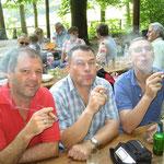 Die Vorstandsmitglieder Bruno, Beni und Fridolin pafften genüsslich an ihren Zigarren.