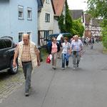 """Auf dem Weg zum """"Burghaus"""" der Burg Staufenberg (Foto: Hans Pfaff)"""