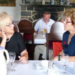 Gespräche bei Kaffee und Kuchen (Foto: Hans Pfaff)