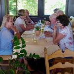Stärkung beim Mittagessen auf der Ronneburg (Foto: Hans Pfaff)