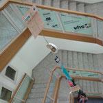 """Aalen, Gmünder Straße 9, Treppenhaus, der """"Wegweiser"""" zur Ausstellung"""