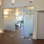 Die Praxisklinik ist offen und hell gestaltet.