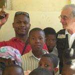 OPHELINAT d'aide aux enfants de Jésus avec Franciset Gérald