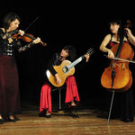 Trio Infernale: Corinna de la Ossa (Violine), Ingrid Westermeier (Gitarre), Anne Braatz (Cello)