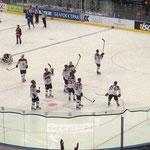 Die lettischen Spieler bedankten sich bei ihren ca. 8.000 eigenen Fans in der Halle