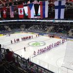 Dänemark und Kanada bei der Begrüßung kurz vor Spielbeginn