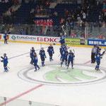 Die finnischen Spieler bedanken sich bei den eigenen Fans