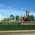 """Die römisch-katholische Kirche des heiligen Simon und der heiligen Helena (auch bekannt als """"rote Kirche"""")"""