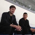 Zu Spielbeginn setzten sich die beiden Nationalspieler Philipp Grubauer und Yasin Ehliz direkt hinter mich