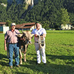 mit dem Lebendpreis Azalee und dessen Züchter Simon Brügger (Bild: Corinne Burren)
