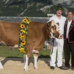 mit dem Rind Elina und dem Züchter Andreas Lohner (Bild: Rolf Eicher)