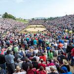 Blick auf die gefüllte Arena am Kilchberger Schwinget
