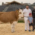 mit Kuh Diana und Spender Konrad Thüring (Bild: Rolf Eicher)