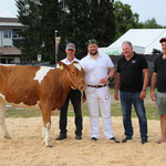 mit Rind Calanda, Züchter Adrian Weber und Spender Ruedi und Reto Hirsbrunner, AXA Generalagentur Lyss (Bild: Stephanie Gerber)