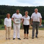 mit Vertreterinnen der Spendergemeinden und dem Besitzer Johann Santschi (Bild: Corinne Burren)