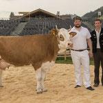 mit Kuh Diana und Züchter Stefan Klopfenstein (Bild: Rolf Eicher)