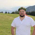 mit Kranz auf dem Kopf und Bielersee im Hintergrund (Bild: Corinne Burren)