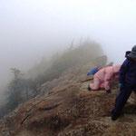 5:12 風があり急な岩場を登っていく