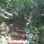 急な階段を登り