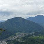 山頂からは高川山と三つ峠が