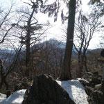 山頂から見える大岳山
