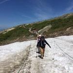 13:35シャーベット状の雪渓を通過