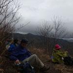 稜線で昼食