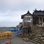 15:30 山頂(弥山)着 石鎚頂上社と奥に頂上山荘がある