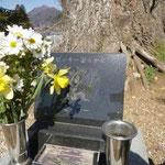 9:52 自徳寺で高川山にすみついていたビッキーの墓に寄る