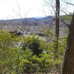 12:20 登山道の横は大きな墓地