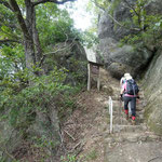 天然の岩を利用した城門