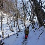 雪道を登ります