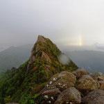 18:40 雨がやみ天狗岳のかなたには虹が